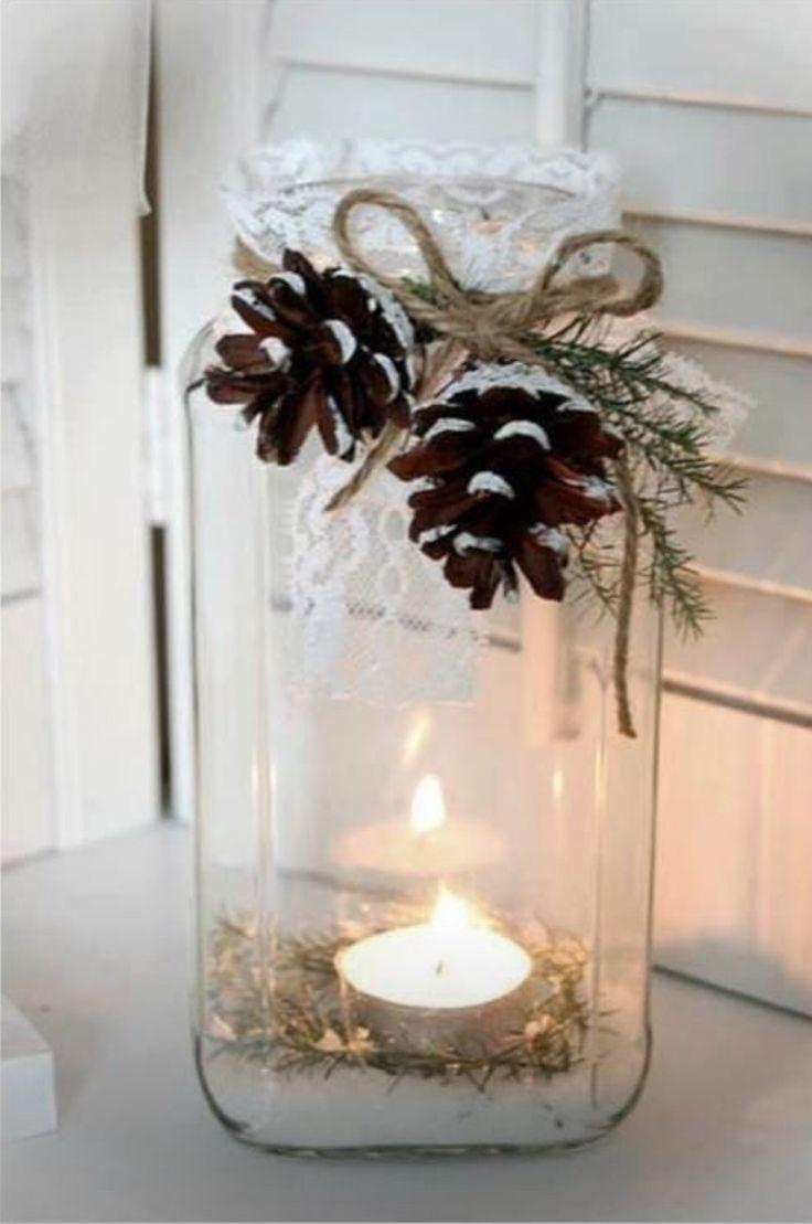 Svære glass fra hermetiserte agurker, blondebånd, kongler, vintergrønt, limpistol og et kubbelys.