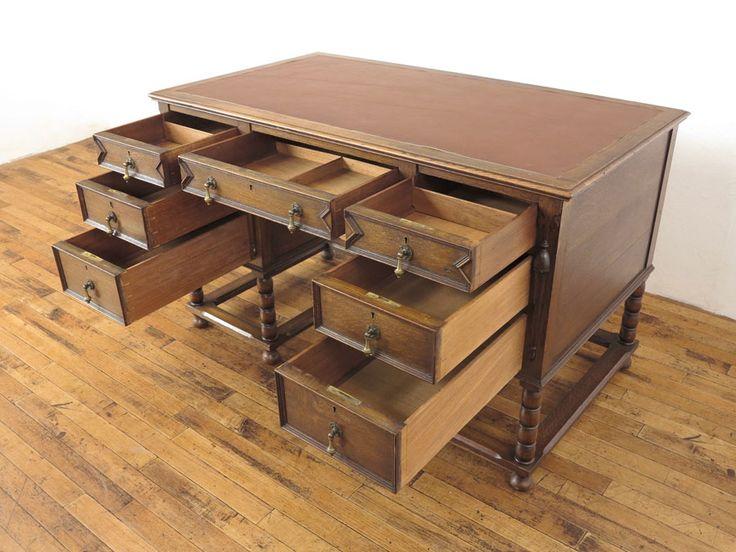 デスク(商品ID:51584) 233100円  イギリスアンティーク家具らしい落ち着いた雰囲気のデスクです。 引き出し前面などの装飾も素敵ですね。 デスクレザーは張り替えております。 本物アンティーク家具ならではの長い年月使われていたからこその味わいも魅力です。 引出しは7段もついていて、小物が多くなりがちなデスク周りの収納としての実用性も高いお品です。 アンティークデスクとしては大きすぎないサイズもポイントです。 天板の所々にキズとカケ、デスクレザーにシワと一部レザーの足りない部分、両側面に痩せによるスキマ、左後角にカケがありますのでお写真でご確認ください。   イギリス 1920年頃 オーク材  サイズ W 1225 x D 695 x H 750  #antiqueflex #インテリア #家具 #アンティーク家具屋 #卸 #骨董品 #アンティーク #アンティーク家具 #アンティークフレックス   #信楽 #新着商品 #本日の新着商品 #イギリスアンティーク家具 #英国アンティーク家具 #flex51584