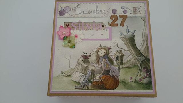 #scrapyfoamy #scrap #cajadecumpleaños #cajasorpresa #tarjetacumpleaños #cumpleaños #crafter #arteandscrap #Daykatrade Hoy es el cumpleaños de mi hija Silvia Su tarjeta de cumpleaños no puede faltar, pero también le decoré una cajita para que pueda guardar todas sus tarjetas, su Ratoncito Pérez,... le ha encantado... el abrazo ha sido lo más rico 😍