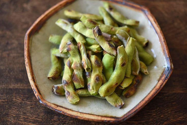 いちばん丁寧な和食レシピサイト、白ごはん.comの『焼き枝豆の作り方』を紹介しているレシピページです。ゆでるよりもほっこり香ばしい焼き枝豆。塩水に浸けた後にグリルで焼いて仕上げます。慣れれば簡単なので、ぜひお試しください。