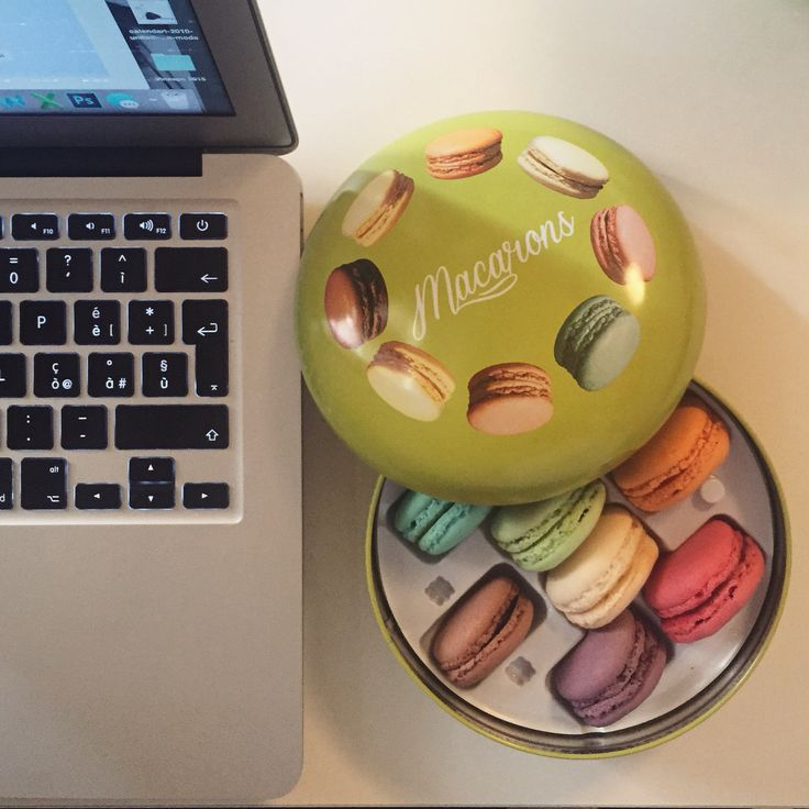 Nothing better than a macarons box while I'm working! ❤️