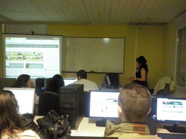 Josefina Serván, bibliotecaria de la Facultad de Derecho durante una seseión de formación a los alumnos de primero. #bibliotecarios #uex #biblioteca