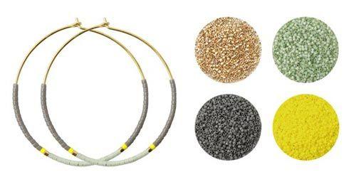 Til disse øreringe er der brugt følgende materialer:  1 par hoops 40mm i forgyldt sterlingsølv delica mat grå DB0761V delica stærk gul DB0751V delica havskum DB1454V delica guld DB0031V