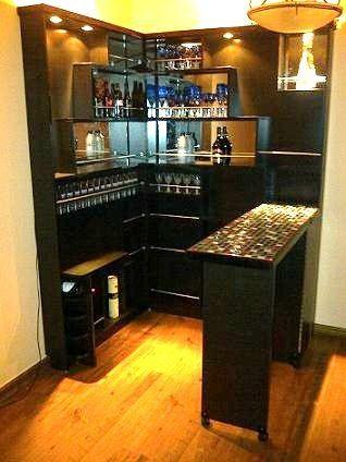 CLAF - Moderno Bar Esquinero (Cod 015 - Varios) Fabricado en madera melamina color Negro. Divisiones interiores con Espejos en la parte frontal. Incluye luces en la parte superior. Con estante para guardar vinos horizontalmente. Mesa con ruedas para ajustar posición deseada. www.claf.cl: