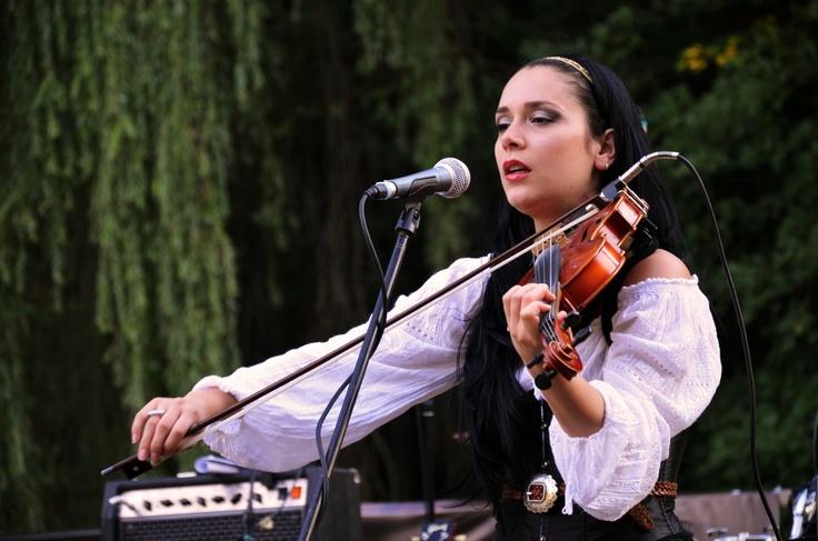 No'Mads, girl playing violin.
