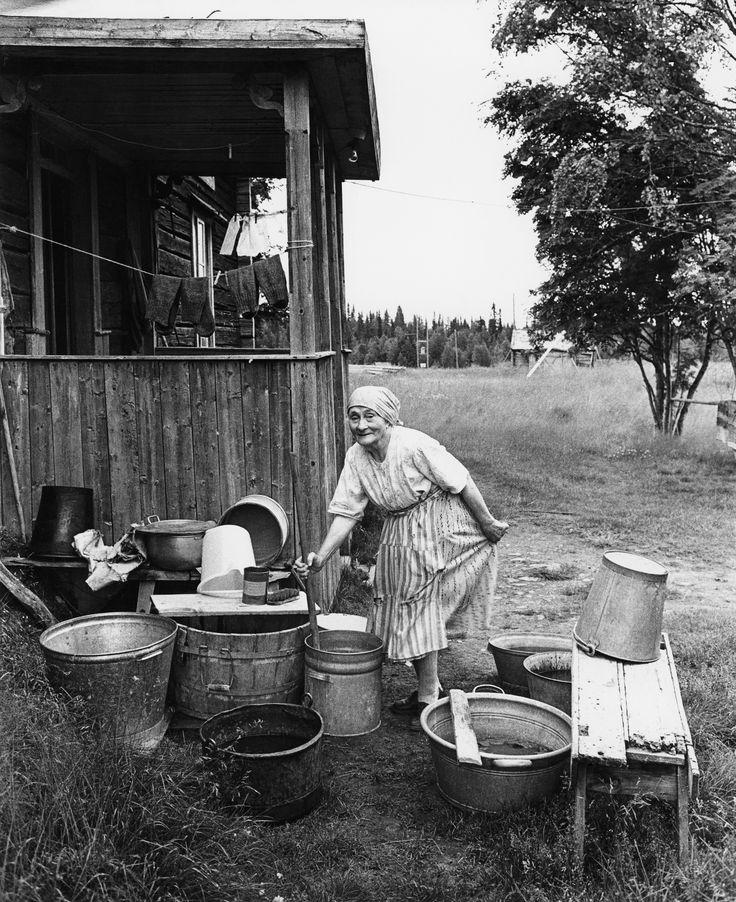 Sune Jonsson. At the laundry, Olga Gavelin, Aronsjö July 1961
