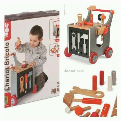 Warsztat młodego mechanika Janod Drewniany, w pełni wyposażony wózek-warsztat francuskiej marki Janod to idealny prezent dla małego majsterkowicza. Dzięki 23 drewnianym elementom, zabawa wspomaga rozwój dziecka na wielu płaszczyznach: rozwija zdolności manualne, uczy cierpliwości i koncentracji, rozwija wyobraźnię oraz  umiejętności społeczne zachęcając do odgrywania scen imitujących zachowanie dorosłych.