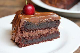 Syndig mørk sjokoladekake!  Oppskrift salt karamellsaus: 150 gram sukker 2 ss vann 1,5 ts kremfløte 65 gram smør 1 ts vaniljesukker 0,5 ts Maldonsalt  Kok…