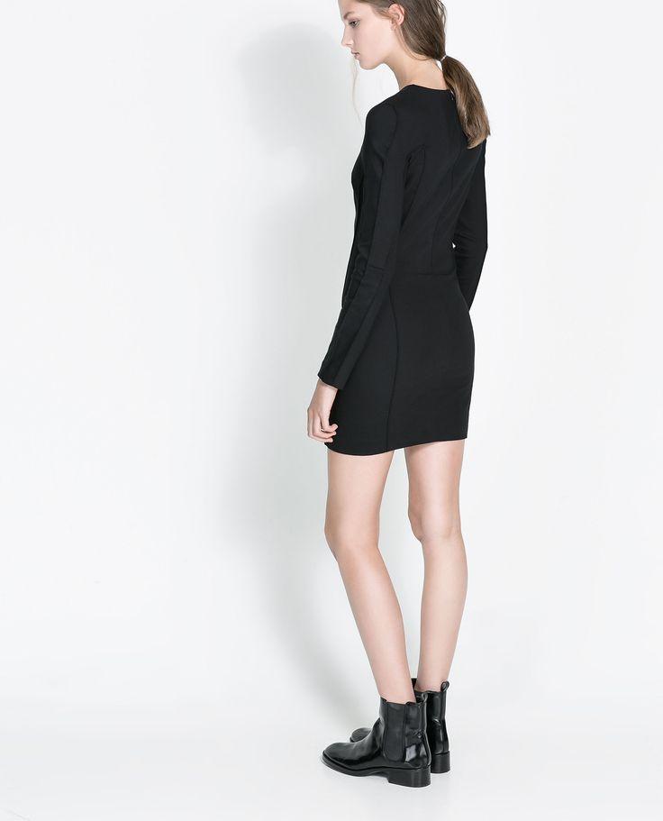 La cadena Zara cuenta con multitud de tiendas instaladas en las mejores zonas de las ciudades y centros comerciales y también con Zara online. Los catálogos y lookbooks de Zara permiten conocer cada temporada la moda que se va a llevar en la calle con las mejores ofertas.