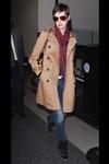 shopping inspirado en el estilo de calle de Anne Hathaway tras su corte de pelo: trench con deportivas con cuñas