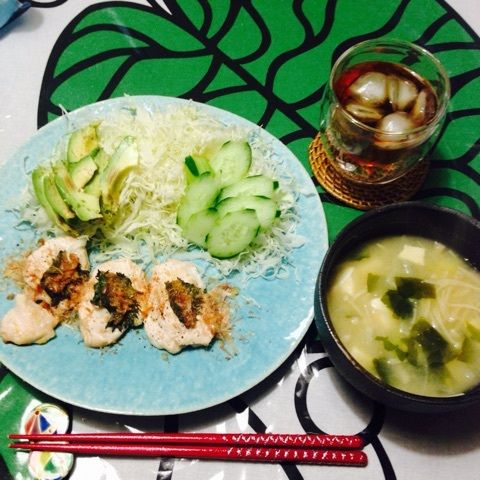 夕:鶏ムネ肉の梅大葉はさみ焼き       サラダ(キャベツ・キュウリ・アボカド)        お味噌汁(ワカメ・えのき・豆腐・大根)