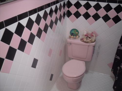 Pink bathroom & flamingo's! Kitschy Living