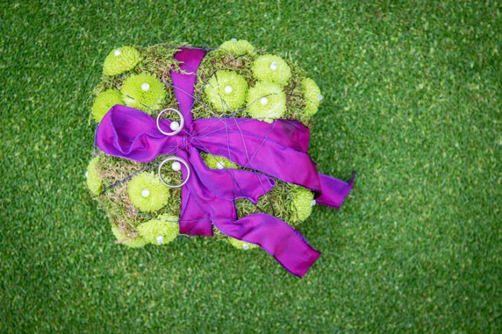 Mal was anderes - ein Ringkissen mit Chrysanthemen und Moos - verziert mit einem knalle-lilanen Dekoband.