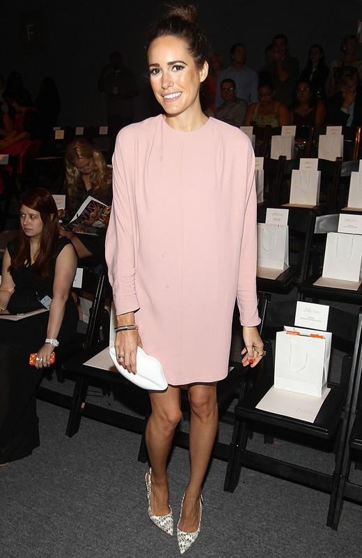 Lela Rose también contó entre su front row con Louise Roe que lució un vestido rosa palo con volumen y salones con 'print' zig zag.