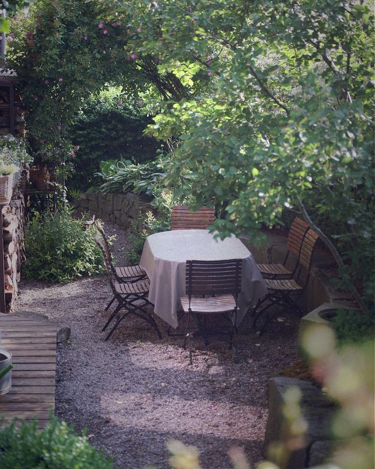 Fr 252 Hst 252 Cksplatz Breakfast Space Sitzplatz Senkgarten Natursteinmauer Kiesweg Kiesplatz Gravelp Ein Schweizer Garten Wohnen Und Garten Garten