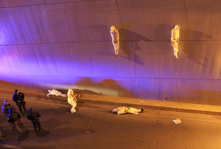 The wrapped bodies of two dead people hang from an overpass as three more dead bodies lie on the ground in Saltillo – Fubiz™