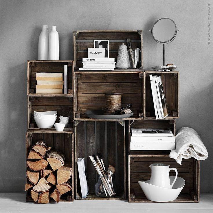 En #KNAGGLIG trälåda är inte bara en trälåda! Med lite bets, skruv och gör-det-själv-kärlek kan några enkla förvaringslådor från IKEA bli en personlig hylla med fin patina.  PS. Glöm inte att fästa hyllan i väggen för att undvika tipprisken.
