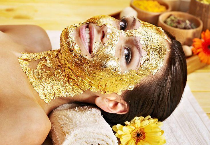 Złoto kojarzy się z piękną biżuterią, władzą i luksusem. Jednak ten cenny kruszec wykorzystywany jest nie tylko do wyrobów i zdobienia przedmiotów, ale także jako leczniczy składnik pielęgnacyjny. Jakie właściwości posiada złoto w pielęgnacji ciała?