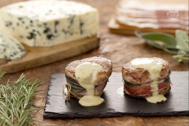 I medaglioni di maiale al roquefort sono un secondo piatto prelibato di filetti di lonza cotti in padella e conditi con salsa al formaggio roquefort.