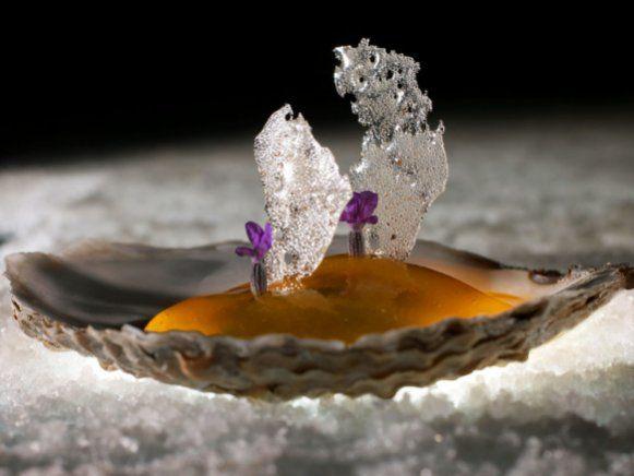 """Seit 1995 führt der mit drei Michelin-Sternen dekorierte Brite Heston Blumenthal das Restaurant """"The Fat Duck"""". Als einer der ersten Köche nutzte er die Grundsätze der Molekularküche für seine Kreationen."""