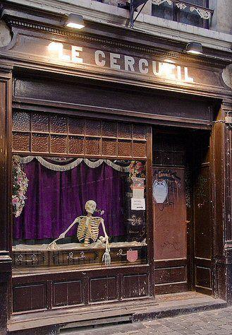 In Le Cercueil drink je uit schedels en zijn de tafels doodskisten. Het eens iets anders!