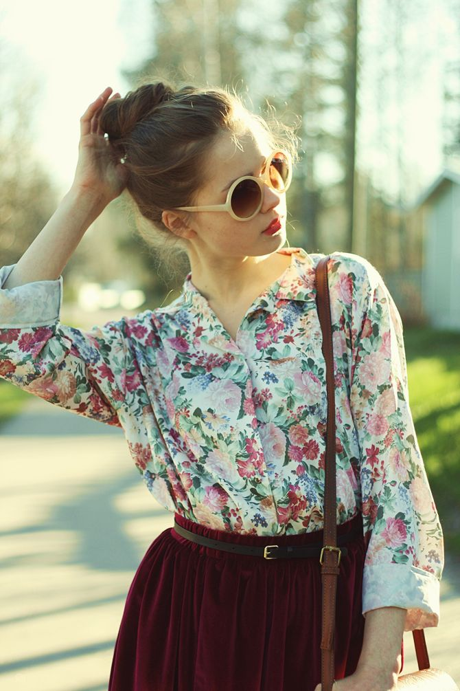 Floral prints with a deep burgundy skirt = PERFECT! Looking a bit chic because of the round sunglasses.