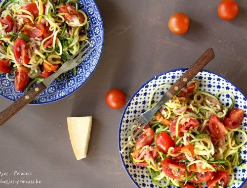 courgetti met kerstomaten, olijfjes en parmezaan (4 van 5)
