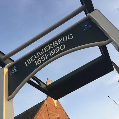 Open Dag Nieuwerbrug 2015 zaterdag 12 september  Op zaterdag 12 september viert Nieuwerbrug Open Dag. 13 trotse Nieuwerbrugse bedrijven personen en organisaties zetten nu voor het vijfde jaar achter elkaar de deuren open om jou te ontvangen. Zij zullen daarbij zo mogelijk elk op eigen wijze invulling geven aan het thema ambachten zoals dat vroeger en nu nog in praktijk wordt gebracht. Op die plekken kunt u dat zelf ervaren: In de Brugkerk is een beeldhouwster actief bij beeldhouwer Piet de…