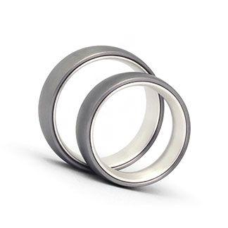 Trauringe Titan / Silber. Der Grau-Hell-Kontrast entsteht durch Titan / 925 Silber. 6mm breit, 2mm stark. Oberfläche: mattiert