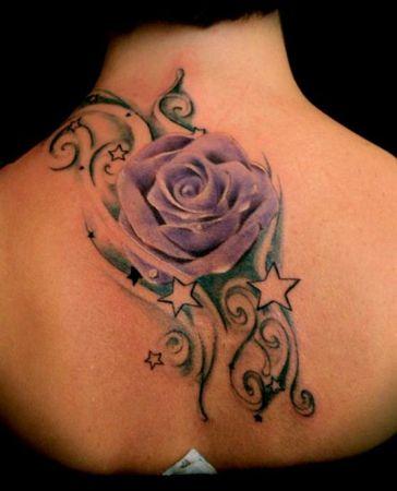 Тату фиолетовая роза с росинками - на спине