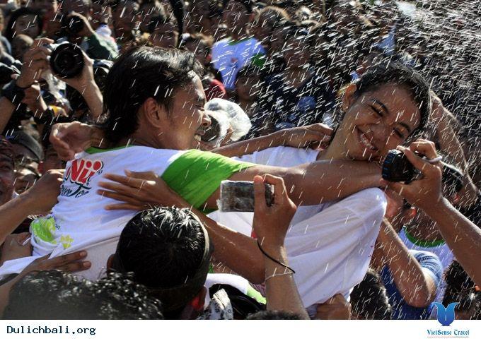 Lễ hội Omed-Omedan được tổ chức ở Bali vào cuối tháng ba hoặc đầu tháng tư hàng năm. Tại lễ hội này, người dân cầu nguyện, nhảy múa và té nước cầu may mắn. Điều đặc biệt trong lễ hội là các đôi trai gái có thể hôn nhau, một điều có thể nói là hiếm có trong thế giới Hồi... Xem thêm: http://dulichbali.org/le-hoi-omed-omedan-pn.html