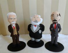Trio de miniaturas dos pensadores políticos e revolucionários, Leon Trotsky, Karl Marx e Vladimir Lenin. Feitas de feltro, costuradas totalmente à mão. <br> <br>Ótima opção de presente para um amigo profissional ou estudante das áreas das ciências humanas. Também é uma ótima lembrancinha para festas de formatura ou para banca de defesa de conclusão de curso. <br> <br>Obs: Pedidos a partir de 2 trios tem 10% de desconto.