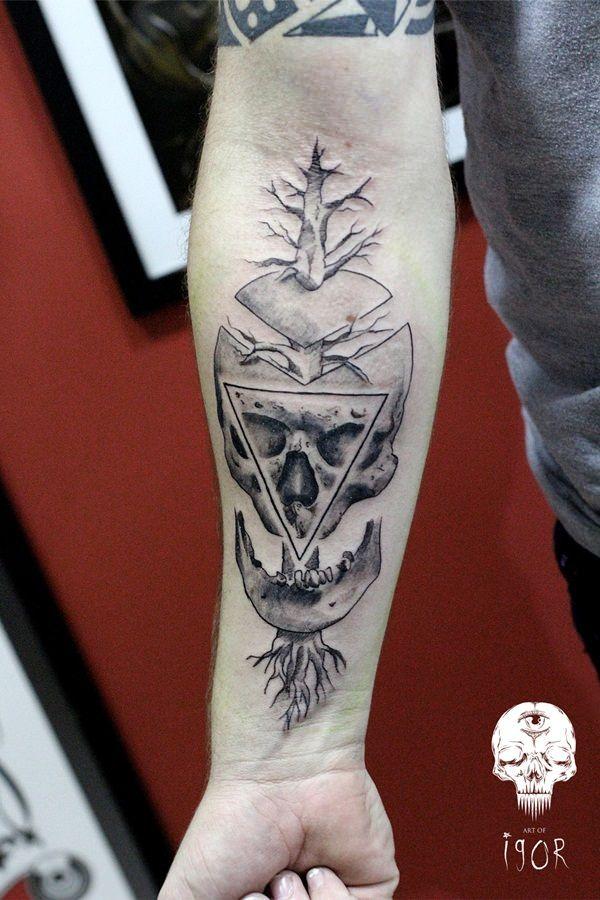 Tatuagem Masculina no Braço - Caveira Geométrica