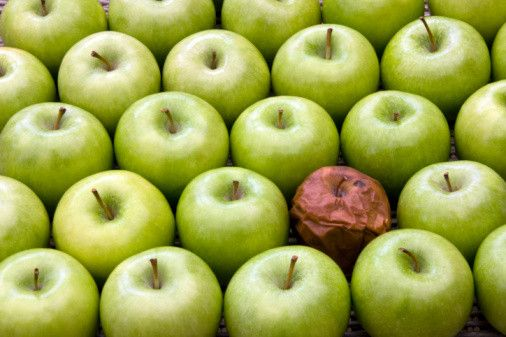 Omdat iemand zich duister gedraagt/rotte appel, wil niet zeggen dat iedereen een rotte appel is. Geef aandacht aan de goede appels. Niet aan mij om een ander te veranderen. Moet hij/zij zelf willen. Laat hem/haar. Iedereen kan veranderen. Rood is rotte appel, oranje is twijffel, groen voelt goed.