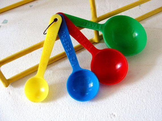 Vintage Plastic Measuring Spoons Set Red Green by RetroRevival, $20.00