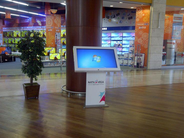 Nata Vega alışveriş merkezindeki dokunmatik bilgi sistemleri İnnova tarafından sağlanıyor. Ziyaretçiler aradıkları mağazaları dokunmatik bilgi panolarına soruyorlar.