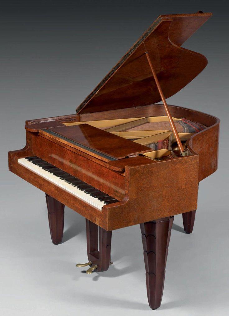 GAVEAU & DUFRENE Maurice-Elysée (1876 - 1955) Piano crapaud en placage de thuya, pieds en acajou sculpté. Porte la marque Gaveau, n° 77679, modèle de Maurice Dufrene, vers 1925.Haut. 101 cm - Long. 145 cm - Prof. 142 cm