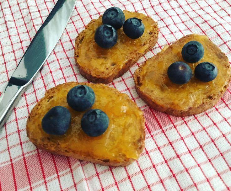 Mini tostadas integrales con mermelada de melocotón y arándanos frescos!👌🏼