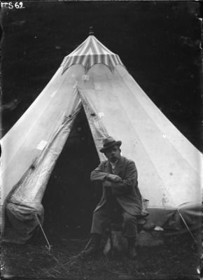 Umberto I davanti ad una tenda dell'accampamento reale di caccia