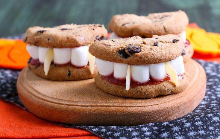 Karkki vai kepponen? Taas on se aika vuodesta, jolloin hirviöt ja aaveet ovatliikkeellä. Uskallatko kutsua muutaman pikkuhirviön halloween-juhliin? Tässä muutama herkullinen vinkki naposteltavista, jotka saavat pelottavimmankinmörököllin ulvomaan ihastuksesta!  Huutavat banaanimöröt! Näihin tarvitset banskujen lisäksi pieniä suklaanappeja sekä suklaisia kahvipapuja. Keihästä kuoritut mandariinit selleritangosta leikatulla viipaleella.  Huono omatunto lasten liiallisesta karkinsyönnistä? Ei…