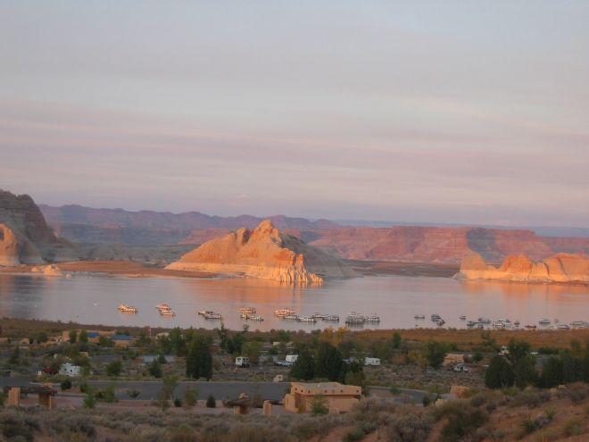 Page et le Lac Powell // Page est une petite ville située dans le Nord de l'Arizona, au bord du fleuve Colorado et à 10 minutes de la frontière de l'Utah. Peu connue de nom, cette ville est pourtant célèbre de part les différents points de vue à proximité.