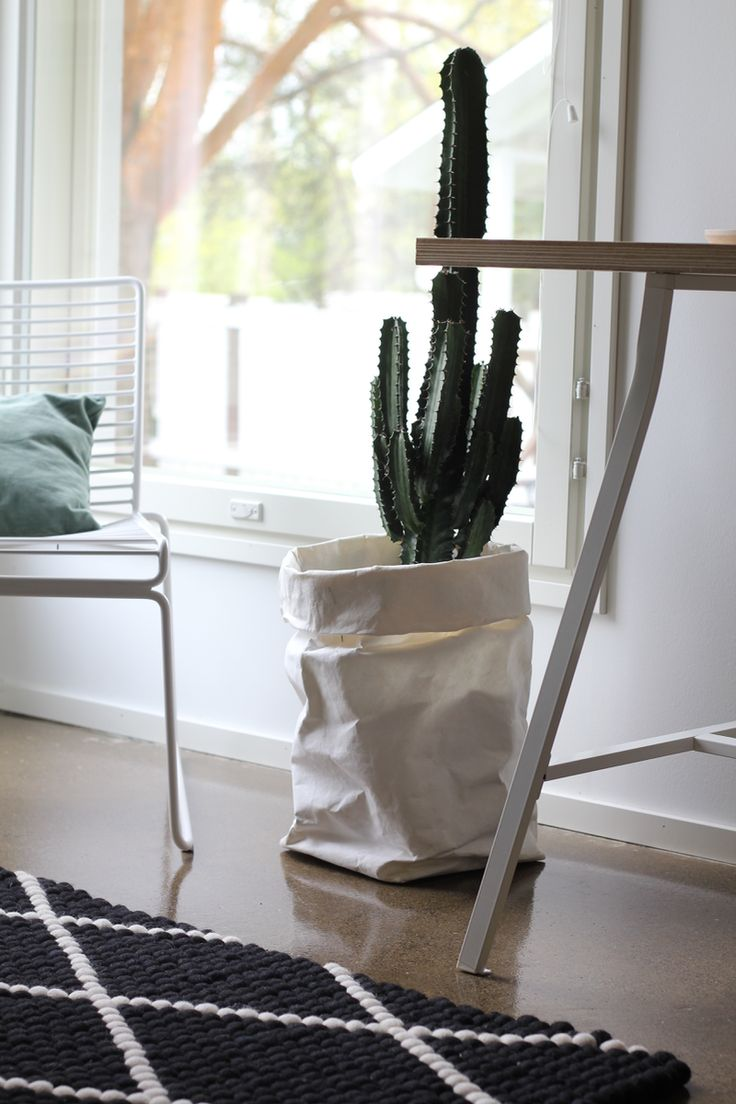 Tiesithän, että Sukhilla voit suunnitella oman mustavalkoisen huopapallomattosi itse? Valitse värit (eli tietenkin musta ja valkoinen!), kuvio, koko ja muoto. Graafinen ja linjakas teema toistuu hienosti tässä @rapattutalo -blogin itse suunnitellussa matossa.