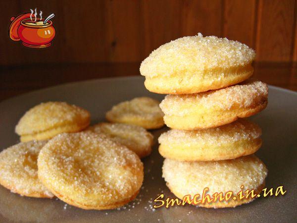cottage cheese cookies: farine - 200 gr. fromage cottage (faible en gras) - 200 gr. beurre - 200 gr. oeuf - 1 pc. sucre - 50 g. de sucre vanillé - 1/3 packs