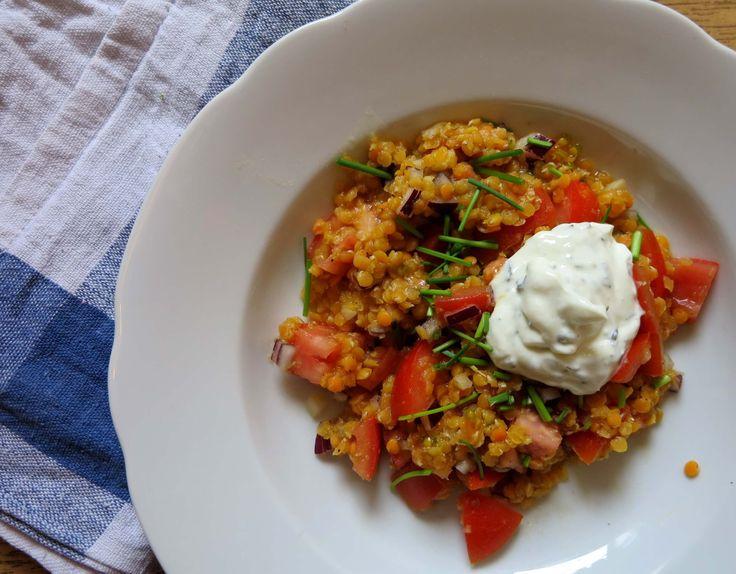 Super leckerer Rote Linsen Salat mit Tomaten und schnellem Dressing. Tolles Low Carb Rezept das sättigt und viele gute Proteinen für Sportler liefert!