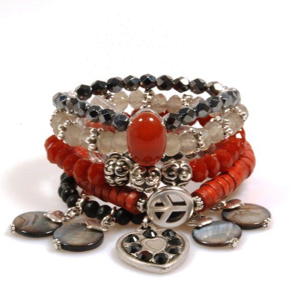 Brede bohemian armband in rood zwart grijs, met peace teken, Swarovski hart en rode agaat steen - exclusieve handgemaakte sieraden