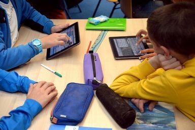 インターネットは「姿消す」、米グーグル会長がダボスで講演
