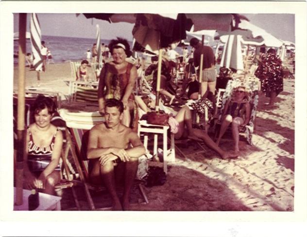 1964 Igea Marina - ormai tramontato il tempo dei bagnanti, giovani turisti tedeschi sulle spiagge della Romagna