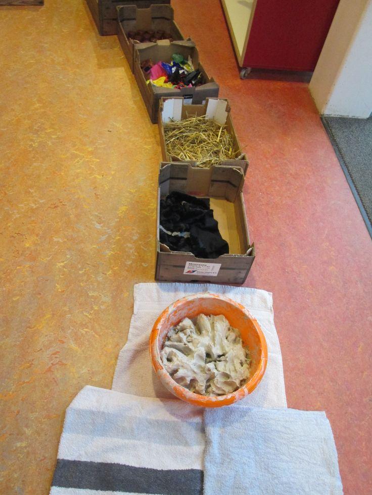 Blote voetenpad. Klei, stof, stro, papier. Nutsschool Maastricht