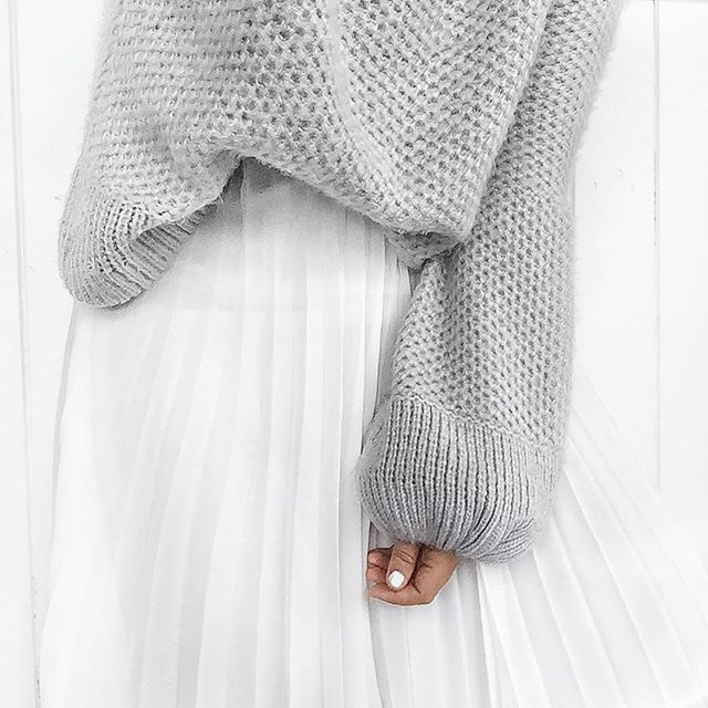 Loving over sized knits this winter || I always opt for a large for that comfy chic look || grey X white #essentials