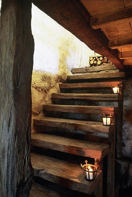 Traviesas de madera y farolillos de forja en esta escalera rústica con mucho encanto